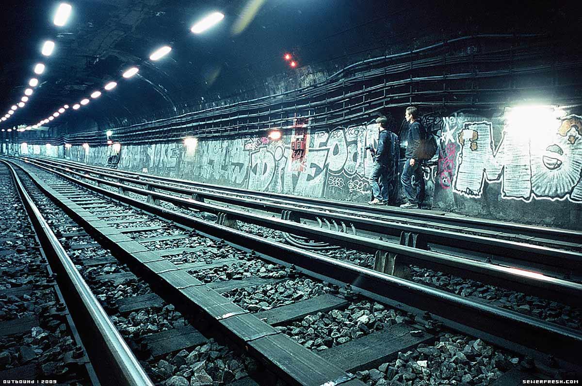 En Sachant Cela, On Peut Rejoindre Les Stations Abandonnées En Courant Dans  Le Tunnel. Évidemment On Serait Tenter De Marcher, Mais Le Luxe Du0027une  Promenade ...